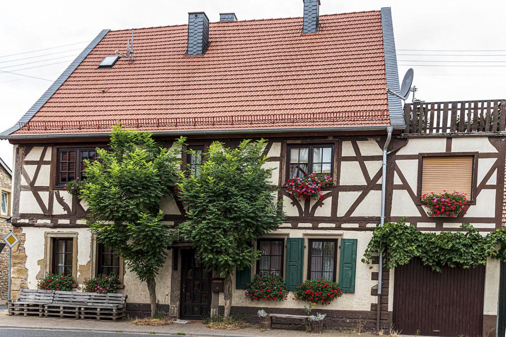 Haus mit Palettenbank / Peter Orben